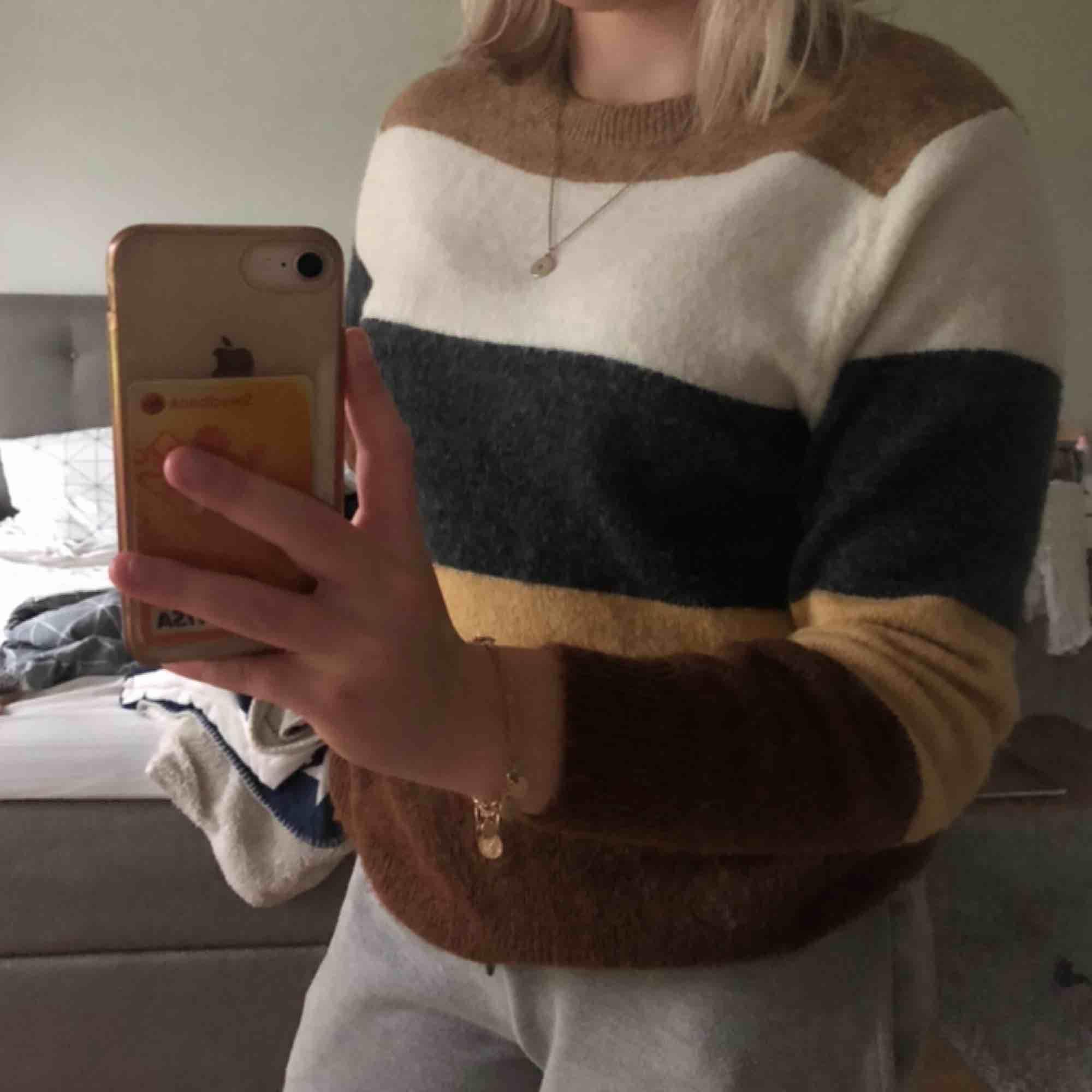 Stickad fler färgad tröja från H&M, perfekt för hösten & vintern. Köpt för 199kr och använda några gånger. Vid eventuella frakt tillkommer en frakt kostnad. . Stickat.