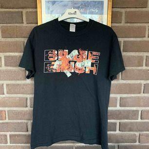Billie Eilish t-shirt stlk medium. Bra skick. Köpt på hennes konsert på Debaser Strand februari 2018. Sällsynt då tröjan inte längre säljs och alla konserter den turnén var på små spelplatser. Kan mötas upp i Stockholm eller skicka, köparen betalar frakt.