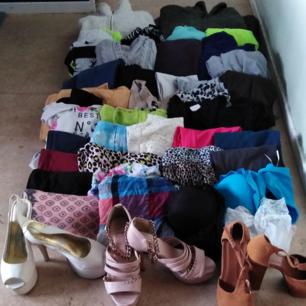 Klädpaket tjej Storlek S/M någon enstaka  större Skor storlek 36/37 Allt är i fint skick   Totalt 39 plagg och 3 par skor  HÄMTAS I HUSBY BACKE SÖDERKÖPING Snabb hämtning önskas  PAKETPRIS 250:-  2 jackor 5 klänningar 4 koftor 5 långbyxor 1 poncho 2 långärmade 3 kortärmade toppar 2 kjolar 2 shorts 9 linnen 1 bikini 2 stora scarfs 1 par stay-up använda 1 timme 1 spetsbody oanvänd 3 par skor