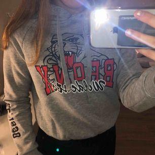 Snygg grå hoodie med tryck, från Gina Tricot. Varm och mysig, perfekt nu till hösten och vintern! Den är sparsamt använd så den är i bra skick. Frakt tillkommer🥰