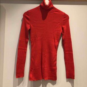 Polo i organiskt 100% merinoull från Arket. Ett litet lagat hål på baksidan av tröjan, annars i nyskick!