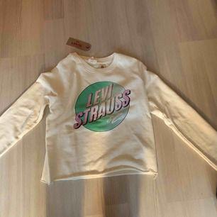 En sjukt snygg Levis tröja som har prislapp kvar! Aldrig använd för att den inte kommer till användning. Nypris 599, säljer den för 250, storlek XS❤️