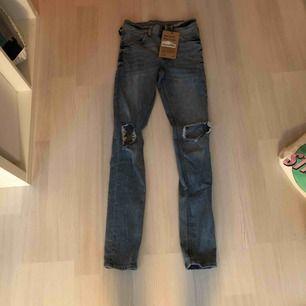 Ett par coola cheap monday jeans i en snygg tvätt, prislapp kvar. Köpta för 599 kr och säljs för 200kr, storlek 24/30❤️
