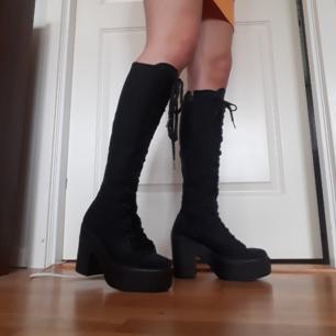 Snygga svarta platå boots med dragkedja och snörning. Det står st 38 men skulle verkligen säga att det är st 39 då de är alldeles för stora för mig.