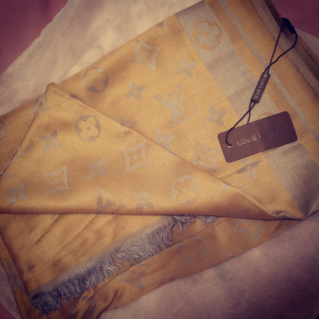 Louise Vuitton gold brown silk scarf/wrap (NY)  . Accessoarer.