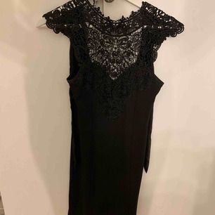 Helt otroligt söt klänning! Med jättefina detaljer - spets vid bröst och rygg + knyte i ryggen 😍, använd 1 gång! Frakt tillkommer ❤️