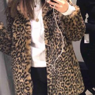 Mellan lång leopard jacka från Cubus. Har tappt några knappe därav priset, men lätt att sy på nya! Storlek XS som känns normal i storleken.  Säljer den pågrund av att jag inte får nån användning för den! Kan fraktas!