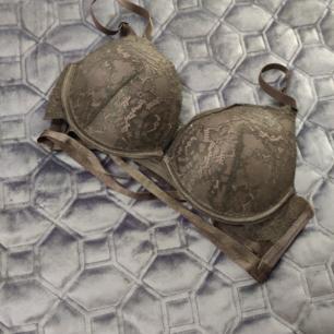 Svart bh från hunkemöller, 70c, sexig med de fina detaljerna, säljes pga fel storlek, frakt ingår