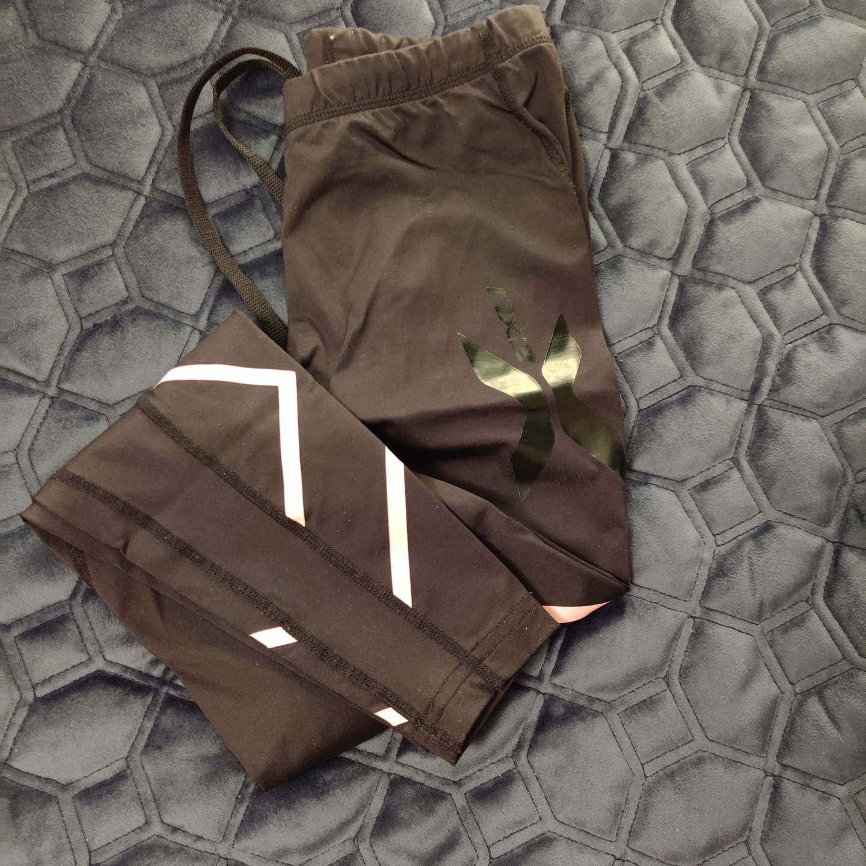 Väldigt sköna å fina 2xu tight i xs, frakt ingrår i priset, tightsen har ljusrosa detaljer . Jeans & Byxor.