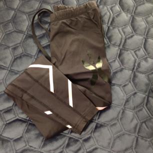 Väldigt sköna å fina 2xu tight i xs, frakt ingrår i priset, tightsen har ljusrosa detaljer