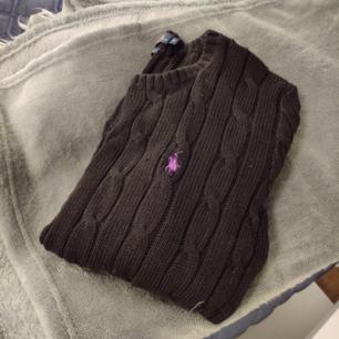 Ralph Lauren cabelstickad tröja, i nyskik, använd ett par få gå ger men har mest legat i garderoben, STL S, frakt ingår i priset
