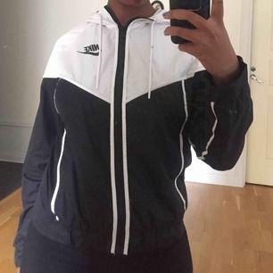 Jacka från Nike. Köpt för 800kr, säljer för 400kr Frakt ingår