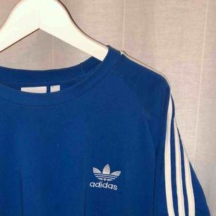 En blå oversize t-shirt från Adidas i storlek M/L. Köptes för 299 men säljer för 99kr! Kan frakta men också mötas upp i Gbg 🥰