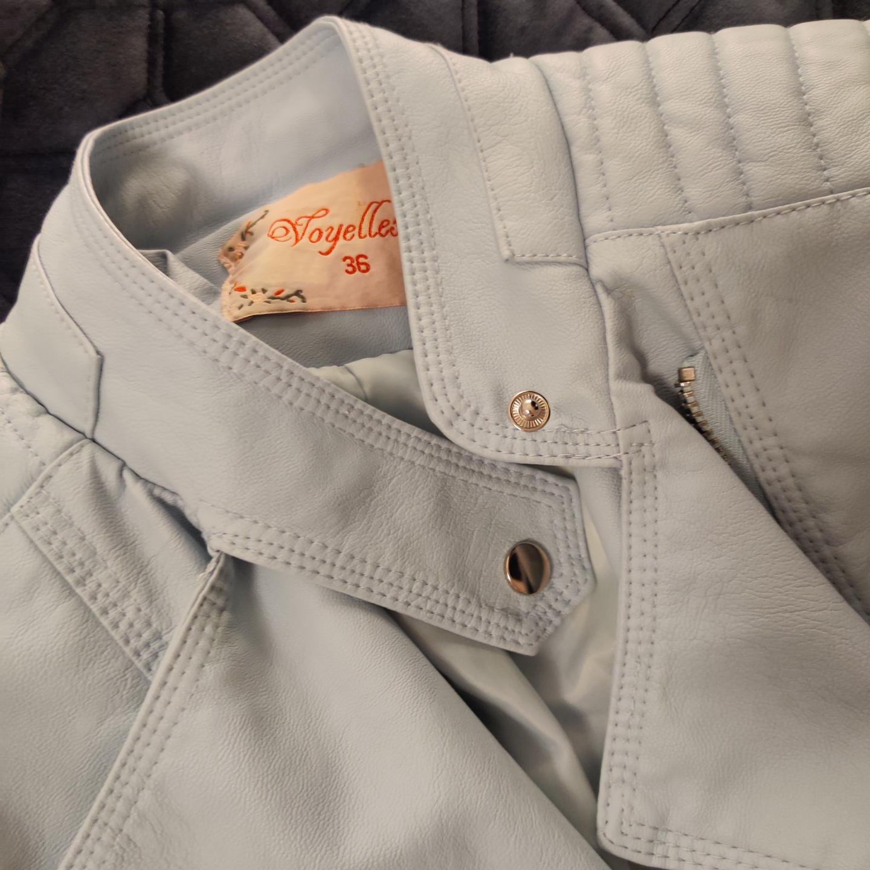 Skinnjacka i ljusblått från chiquelle, STL 36, aldrig använd men extremt snygg, frakt ingår i pris. Jackor.