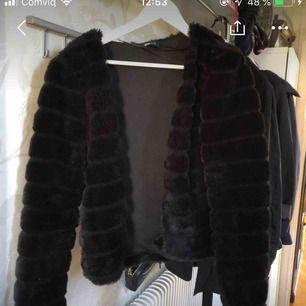 Säljer min päls jacka då den är för stor för mig! Den passar som som storlek M och L