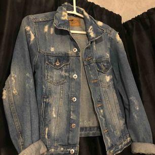 Sliten (köpt så från butik) blå jeans jacka från new yorker. Storlek M, har sjv XS/S o den passar perfa! Inköpt för 300kr. Jätte bra skick, knappt använd.