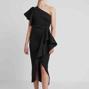 En väldig snygg festklänning som är använd bara en gång och säljer den för kommer inte använda den igen men väldig bra skick, köparen står för frakten:)