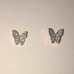 Super söta silverörhängen med små diamanter på, aldrig använt och säljer för super billigt pris 🦋🦋