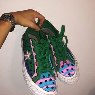 Skor från Converse som jag målat på med textur färg. Använd men i bra skick!