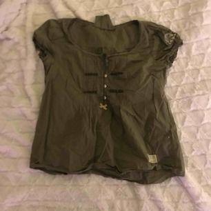 denna odd molly blusen som är såå fin men kommer inte till andvänding, den e andvänd fåtal gånger om ens andvänd och nypris va 800-900, kan diskuteras. Jätte fin militär grön färg