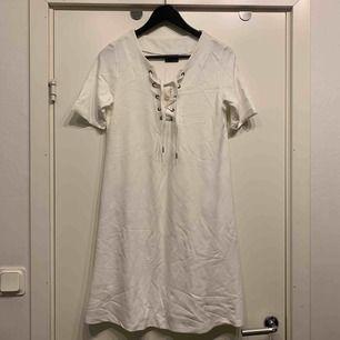 •T-shirt klänning • reglerbar snörning i hals •oanvänd •pyramidformad, dvs bredare nedtill