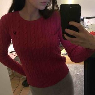 Säljer också denhär rosa Ralph lauren tröjan som Är andvänd 5-10 gånger. Säljer pga att den inre är min stil längre priset kan diskuteras men nypris är ca 1300 och de är barn storlek L men de är ungefär som xs