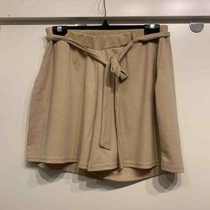 •beiga shorts •oanvända •fickor fram •knytbart band i midja •stretchigt material