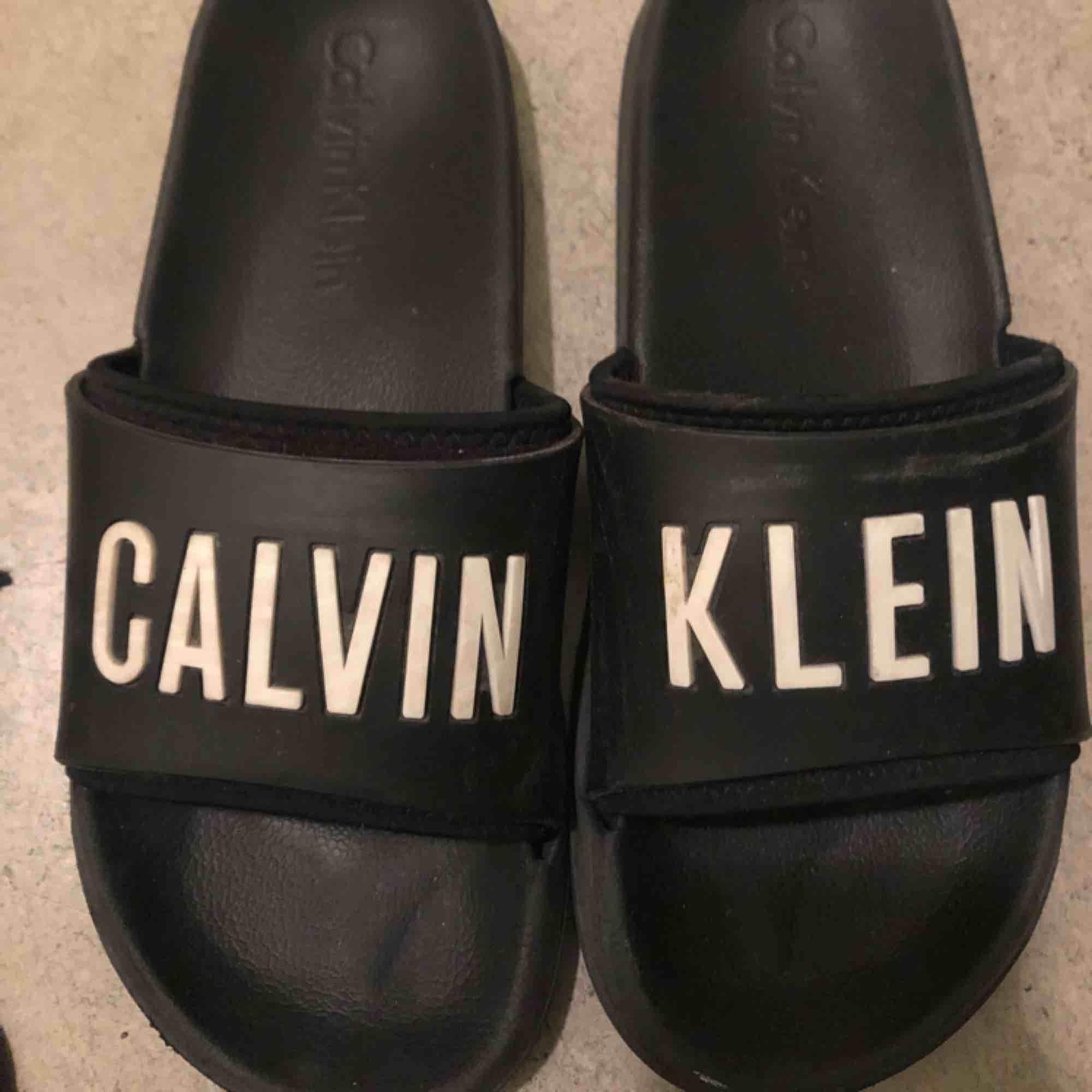 Calvin Klein tofflor. Som nya. Unisex. Ny pris ca 400kr. Skor.