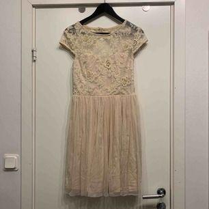 •puderrosa klänning med tyll •använd vid 1 tillfälle på bröllop •öppen rygg •dragkedja bak •knäppning bak