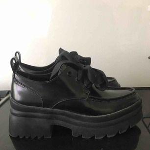 Ett par inprincip helt oanvända platå skor! Älskar de men de är för små för mig så kan inte använda de men hade mer än gärna sätt dessa skönheter få vandra runt på gator!