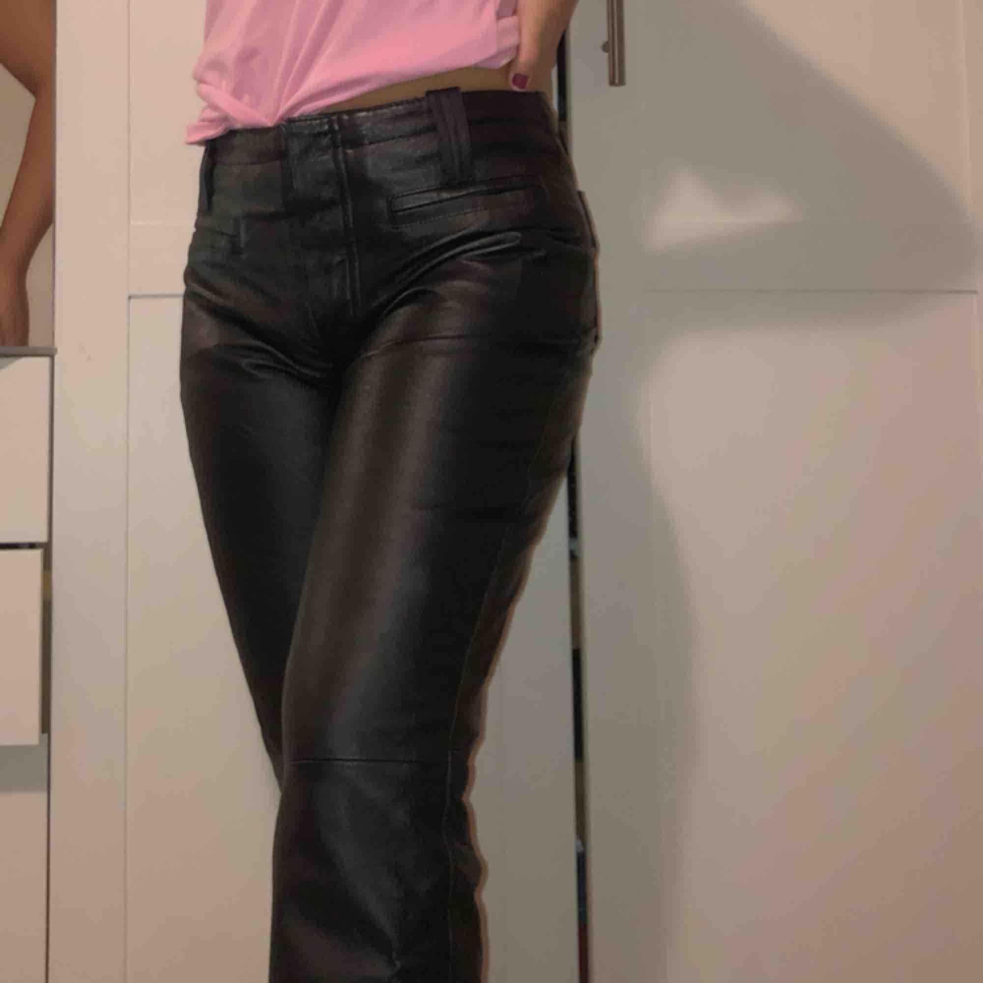 Säljer mina favvo bootcut/ flare skinnbyxor!!! Såså balla och unika, ( trendiga också!! ). Använda flertalet gånger men fortfarande väldigt bra skick. det står att det är strlk 38 men skulle säga mer 36. Skriv för frågor ❤️. Jeans & Byxor.