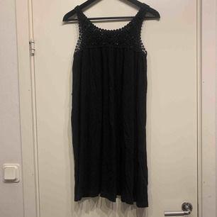 •svart klänning med stickad detalj upptill