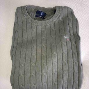 Mossgrön, militärgrön kabelstickad Gant tröja i storlek XS. Använd 1 gång. Köpt på Gant butiken i London.