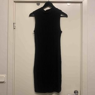 •svart fodralklänning •turtle-neck
