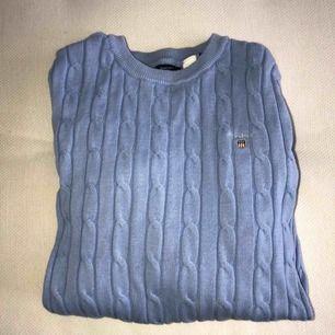 Ljusblå, babyblå kabelstickad Gant tröja i storlek XS. Helt oanvänd, köpt på Gant butiken i London😇