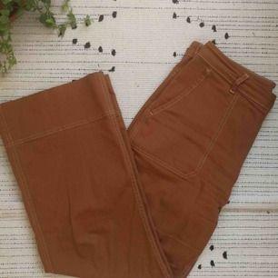 Skitsnygga roströda raka jeans från Carin Wester! De har vita kontrastsömmar och är perfekta nu till höst. Så sjukt bekväma också. Slutsåld annars. Hojta för egna bilder ✔️ Säljer pga för stora :(  Frakt på 80kr tillkommer🥰❤️