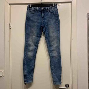 •jeans •fickor fram/bak •dragkedja vid ankeln •fint skick •slim fit •stretch •low-waist