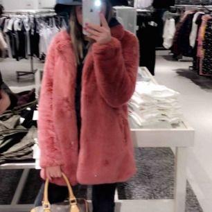 Säljer nu min nästintill oanvända pälsjacka i rosa, super snygg verkligen!🥰 Frakt tillkommer🌸