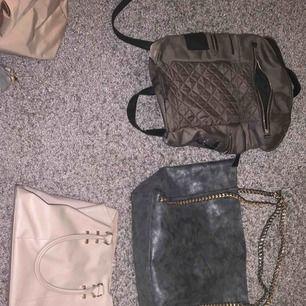 """Mörkgrön ryggsäck från newlook 80kr, grå """"shoppingbag"""" från Aldo med guldkedjor 120kr (värd 700), beige väska från primark 30kr, beige longchamp väska (värd 1500) men ganska sliten 200kr KONTAKTA FÖR FLER BILDER PRISER KAN DISKUTERAS"""