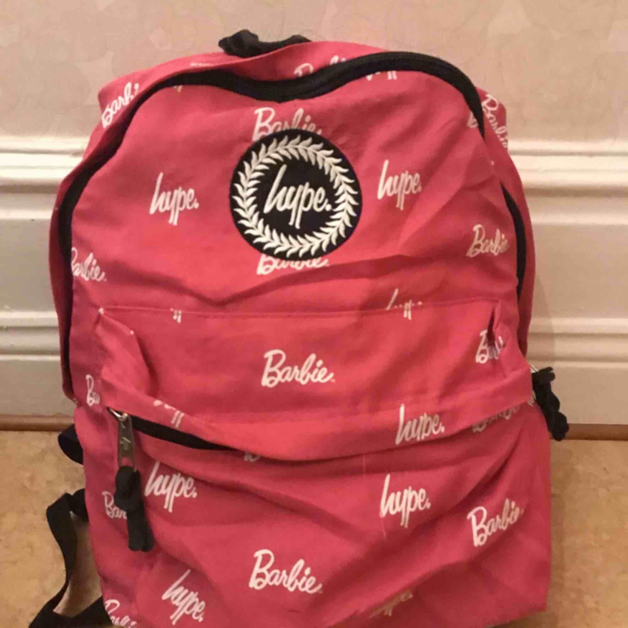 """En rätt så sliten men supersnygg rosa ryggsäck från HYPE🦄💥. Jag har använt väskan väldigt mycket under en period! Väskan är köpt från Madlady för några år sedan. Väskan har slitningar på några ställen och så har """"innefodret"""" lossnat på vissa ställen.🔥. Väskor."""