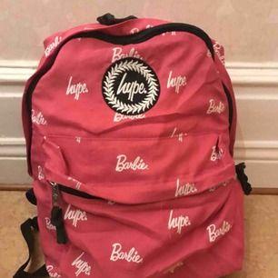 """En rätt så sliten men supersnygg rosa ryggsäck från HYPE🦄💥. Jag har använt väskan väldigt mycket under en period! Väskan är köpt från Madlady för några år sedan. Väskan har slitningar på några ställen och så har """"innefodret"""" lossnat på vissa ställen.🔥"""