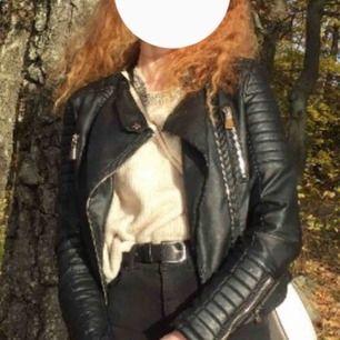"""Galet snygg skinnjacka från Chiquelle """"Moto Jacket""""🤩 sparsamt använd då jag har fler liknande😊 otroligt bra skick!👍🏽 nypris 700!"""