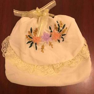 Handgjord påse med blommiga detaljer. T ex till underkläder eller stumpor.