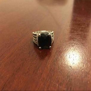 Súper snygg dipped in silver ring med svart sten. Helt ny.