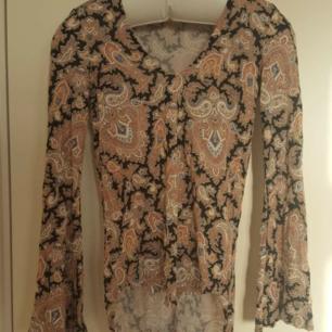 Fin och skön tröja från ginatricot, knappt använd strl xs🌈 Kan skicka fler bilder vid intresse! Håller på att rensa inför en flytt, kommer att lägga upp massa kläder för ett billigt pris. Kan samfrakta och det går även bra att hämta det på söder i Stockholm där man kan fynda mer hemma hos mig! 🌟