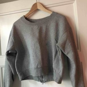 Lite kortare tröja i tjockt mjukt material. Knappt använt! Frakt: 25kr