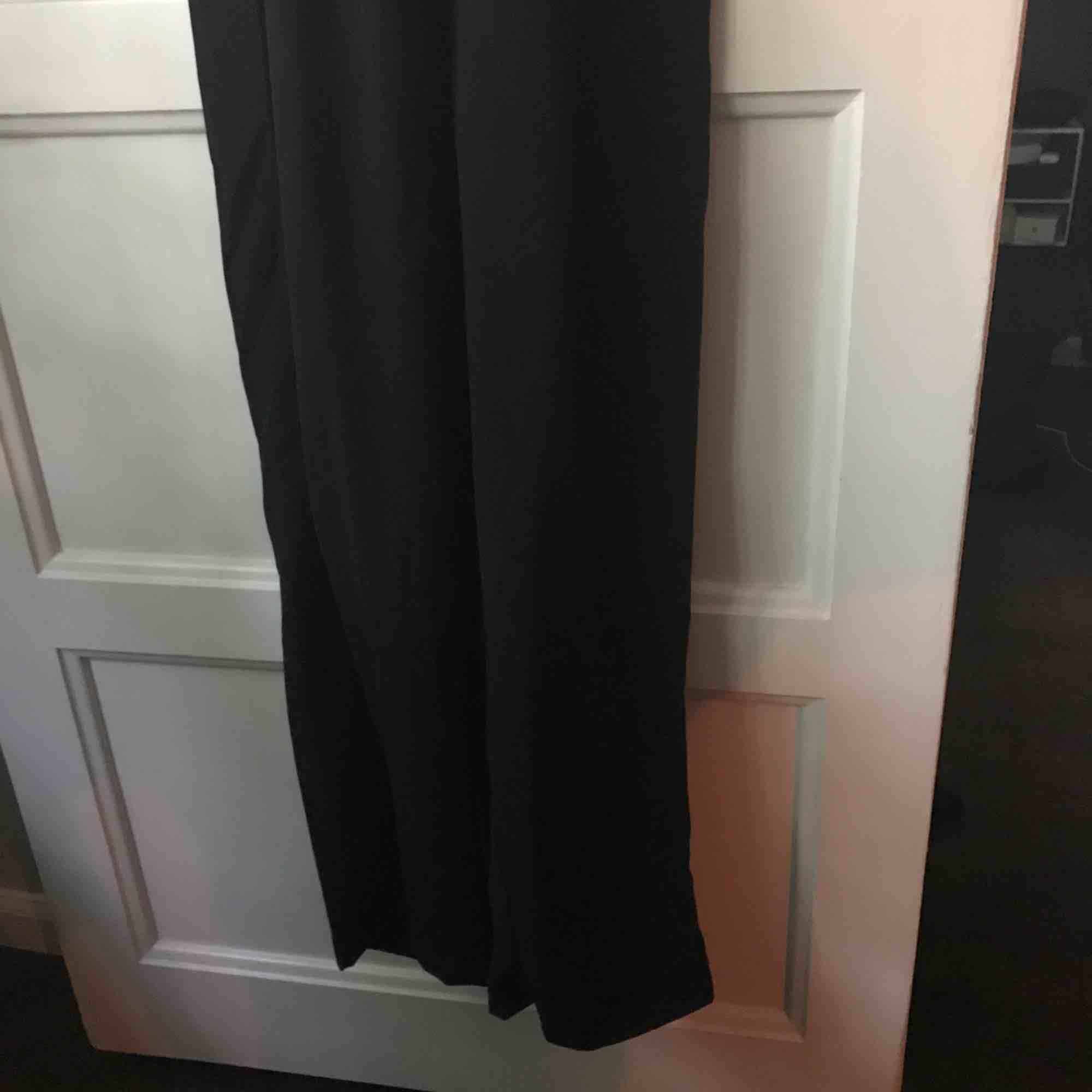 Snygg jumpsuit i fallande material. Aldrig använd pga lite för liten. Vida nertill. Frakt 25kr. Klänningar.