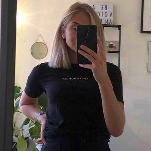 Snygg och simpel T-shirt i skönt material. Frakt på 36kr tillkommer!
