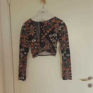Fin croppad tröja från h&m 🌈 🌈 Kan skicka fler bilder vid intresse! Håller på att rensa inför en flytt, kommer att lägga upp massa kläder för ett billigt pris. Kan samfrakta och det går även bra att hämta det på söder i Stockholm där man kan fynda mer hemma hos mig! 🌟