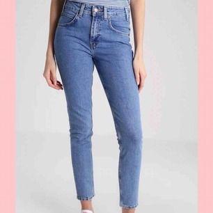 Levi's Vintage High Rise Skinny. Stretchiga jeans i mycket fint skick, använd några enstaka gånger. Jag är 1.68 och längden är perfekt för mig.